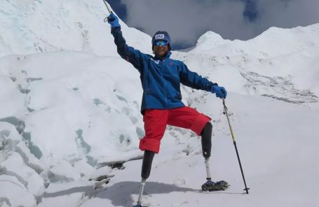 Xia Boyu, 69-Year-Old Double Amputee, Summits Everest